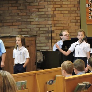 The psalm readers as the chorus signs the refrain .